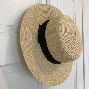 Straw hat with black side bow